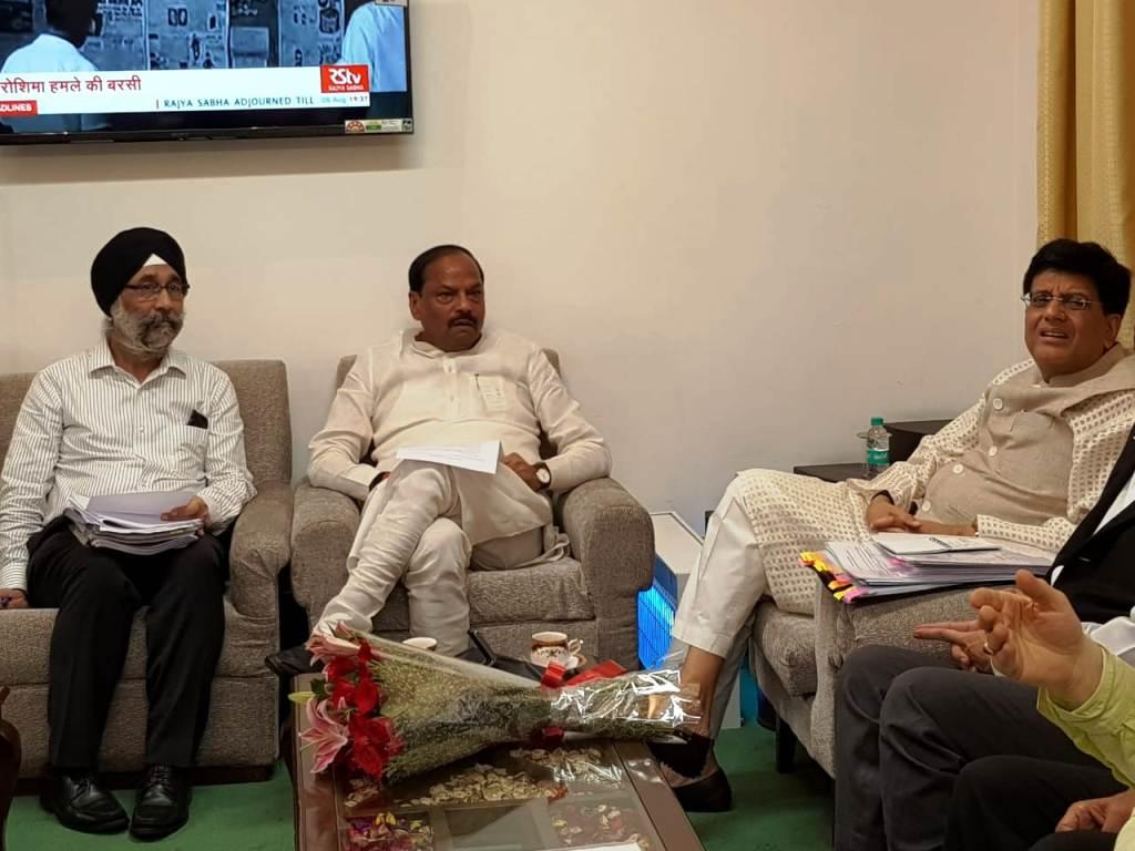 राज्य में रेलवे की अधूरी पड़ी परियोजनाओं के संबंध मेंमुख्यमंत्री ने रेल मंत्री के साथभेंट-वार्ता की