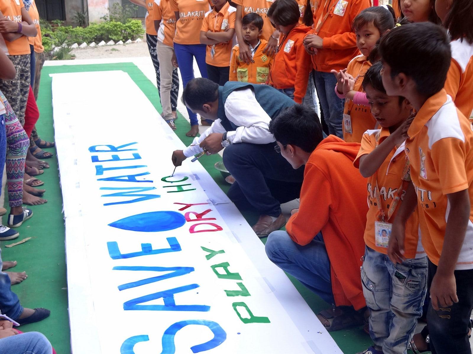 कलाकृति के बच्चों ने बनाई 50 फीट की पिचकारी,  किया होली में पानी ना बर्बाद करने का आग्रह