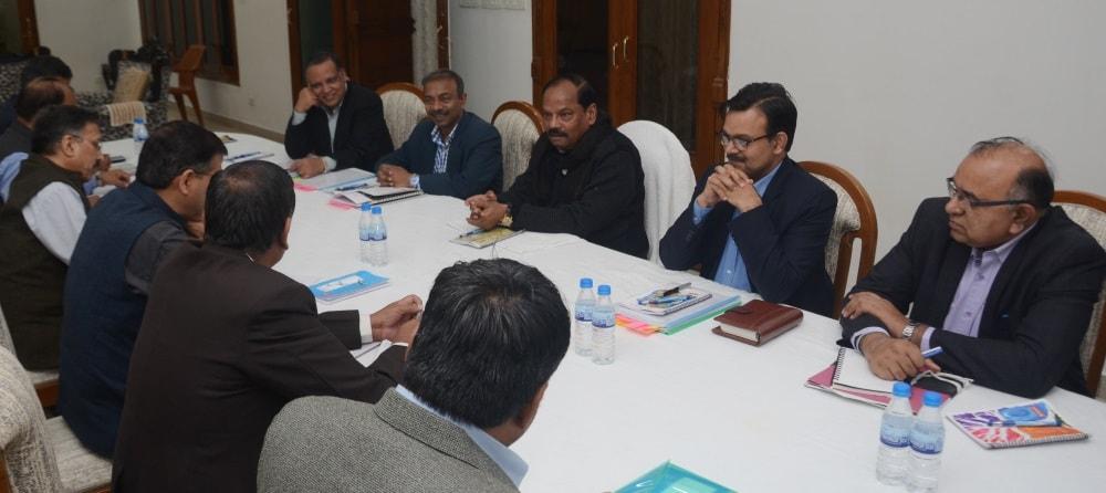 मुख्यमंत्री रघुवर दास ने अपने आवास पर सेंट्रल रेलवे बोर्ड के चेयरमेन के साथ राज्य के विभिन्न परियोजनाओं के संबंध में बैठक की