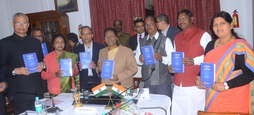राज्यपाल द्रौपदी मुर्मू ने स्व॰ शरत चंद्र राॅय की प्रसिद्ध कृति ''द मुंडाज एंड देयर कंट्री'' का हिंदी अनुवादित पुस्तक ''आदिम मुंडा और उनका प्रदेष'' का विमोचन किया