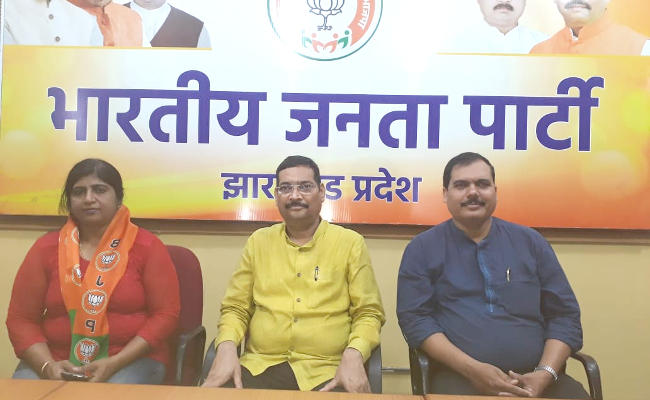 <p>World Champion Power Lifter Sujata Bhakt today joined the ruling BJP in presence of the party's leader cum office -in-charge Deepak Prakash. To welcome her, Prakash honored…