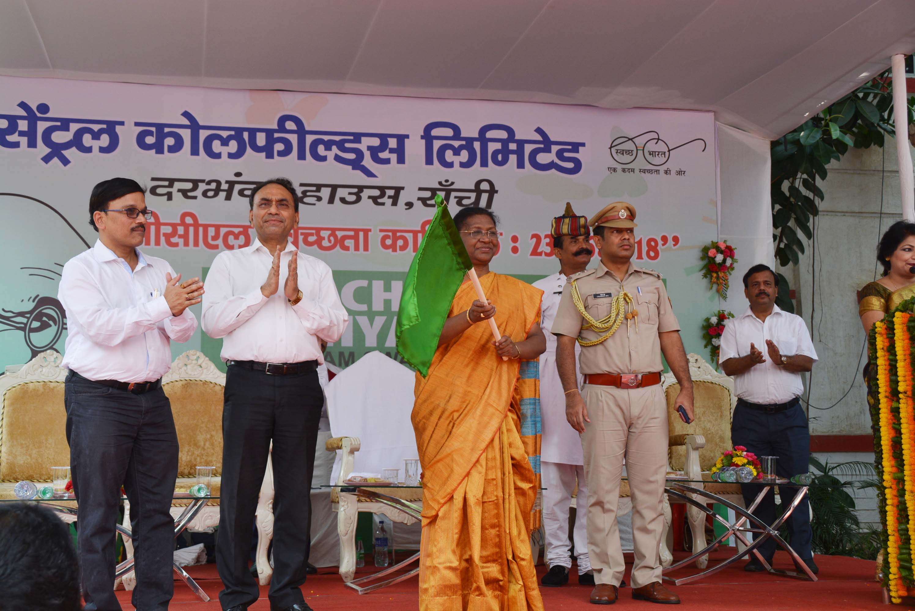 <p>Governor Droupadi Murmu along with CCL CMD Gopal Singh and others during Cleanliness Carnival at CCL Darbhanga House in Ranchi on Saturday.</p>