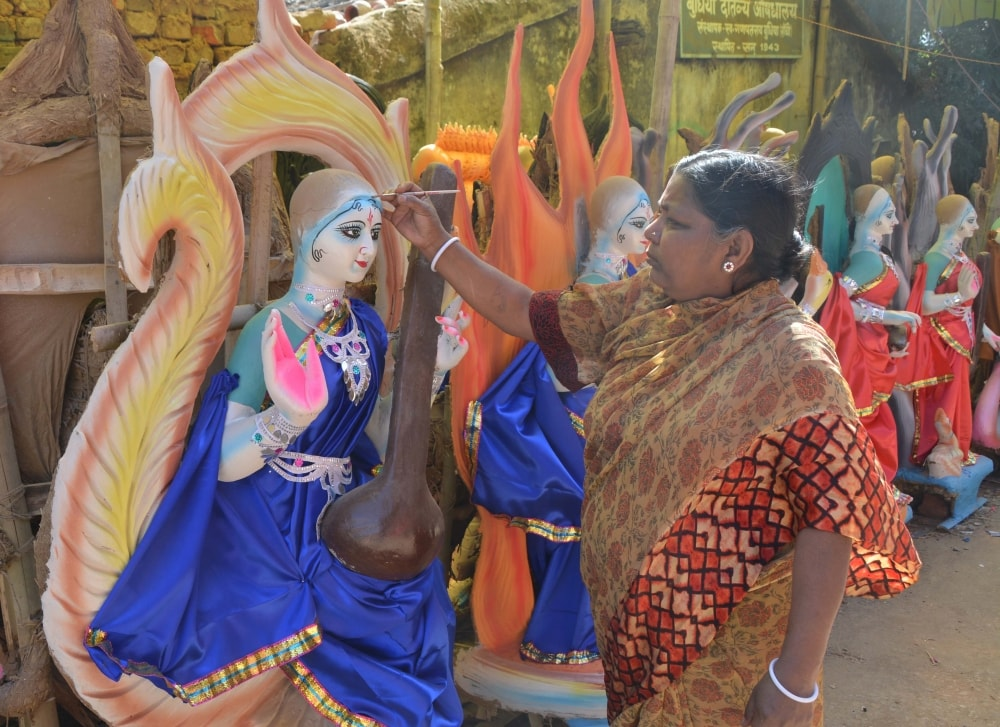 <p>A women artist giving finishing touches to the Goddess of Sarswati idol ahead of upcoming Basant Panchmi at Kishore ganj in Racnhi on Saturday.</p>