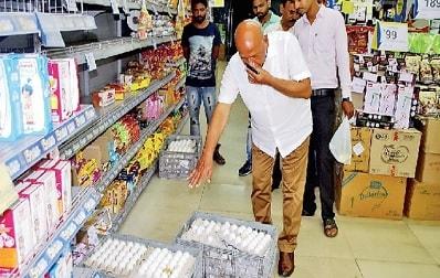 <p>जमशेदपुर: रिलायंस फ्रेश में प्लास्टिक के अंडे बेचे जाने की अफवाह की जांच पूरी हो चुकी है | रिपोर्ट में सामने आया है कि वो अंडे प्लास्टिक के तो नहीं थे लेकिन बुरी तरह सड़ चुके थे&#8230;