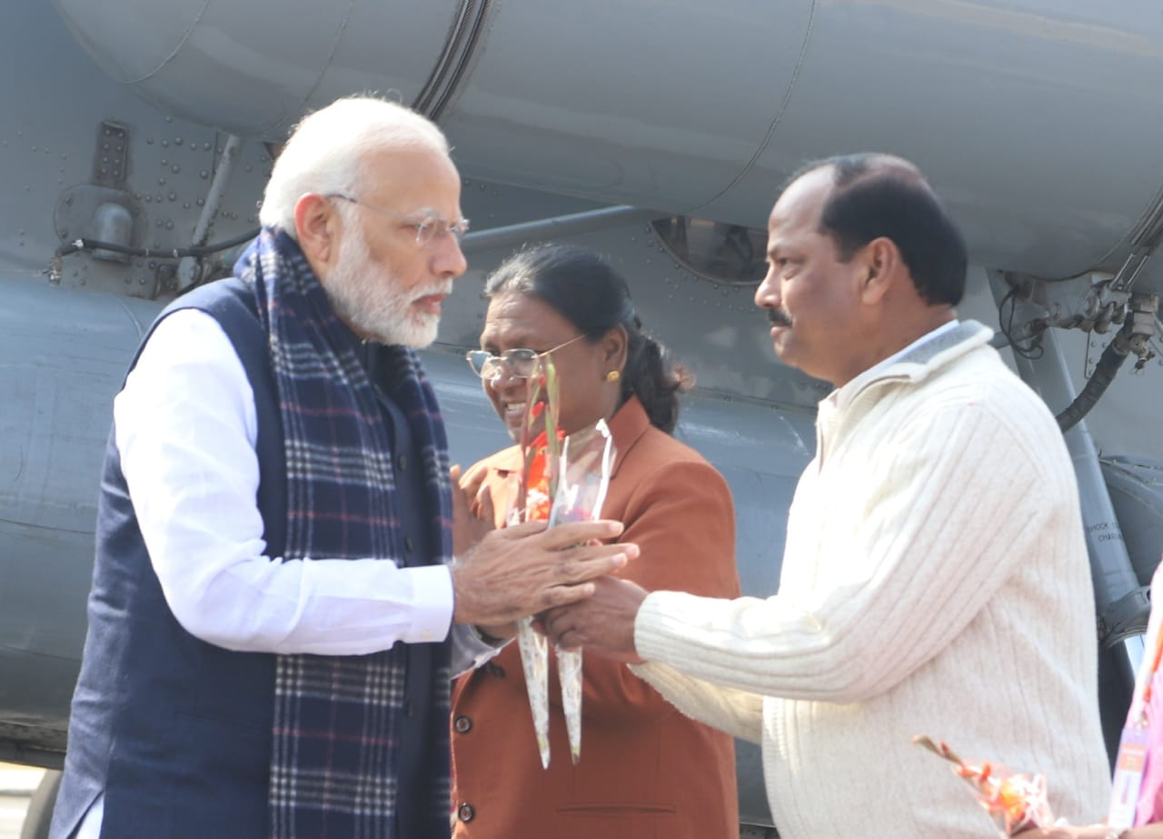 <p>Prime Minister Narendra Modi arrived at Palamu. He was welcomed by Governor Draupadi Murmu and Chief Minister Raghubar Das.</p>