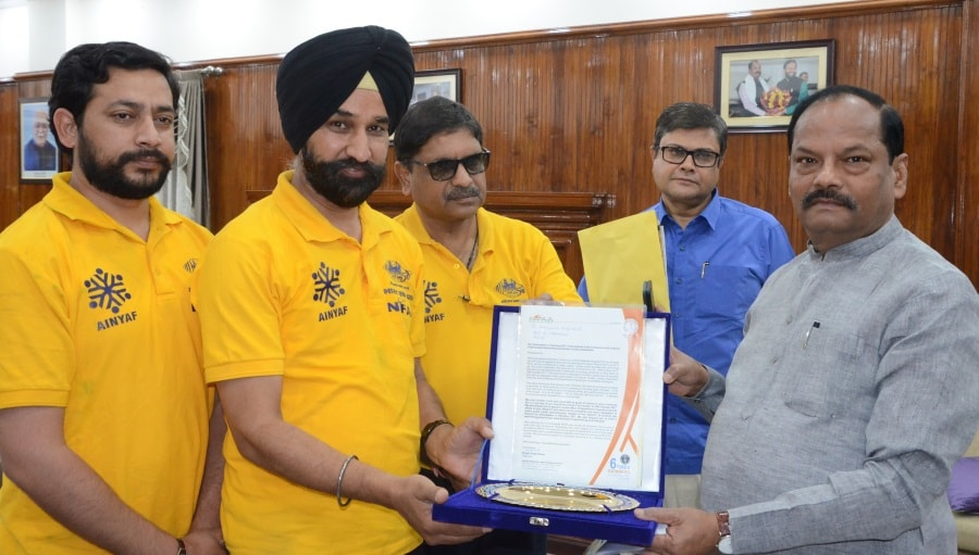 <p>National Integrated Forum of Artists and Activists functionaries met Chief Minister Raghubar Das at his official residence in Ranchi.During their meeting,CM&#39;s Principal Secretary&#8230;
