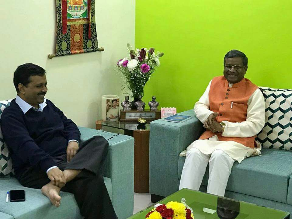 <p>Ex CM Babulal Marandi met Delhi CM Arvind Kejriwal inside his official residence in New Delhi.Marandi is learnt to have discussed ways to shake hands with him and his Aam Aadmi&#8230;