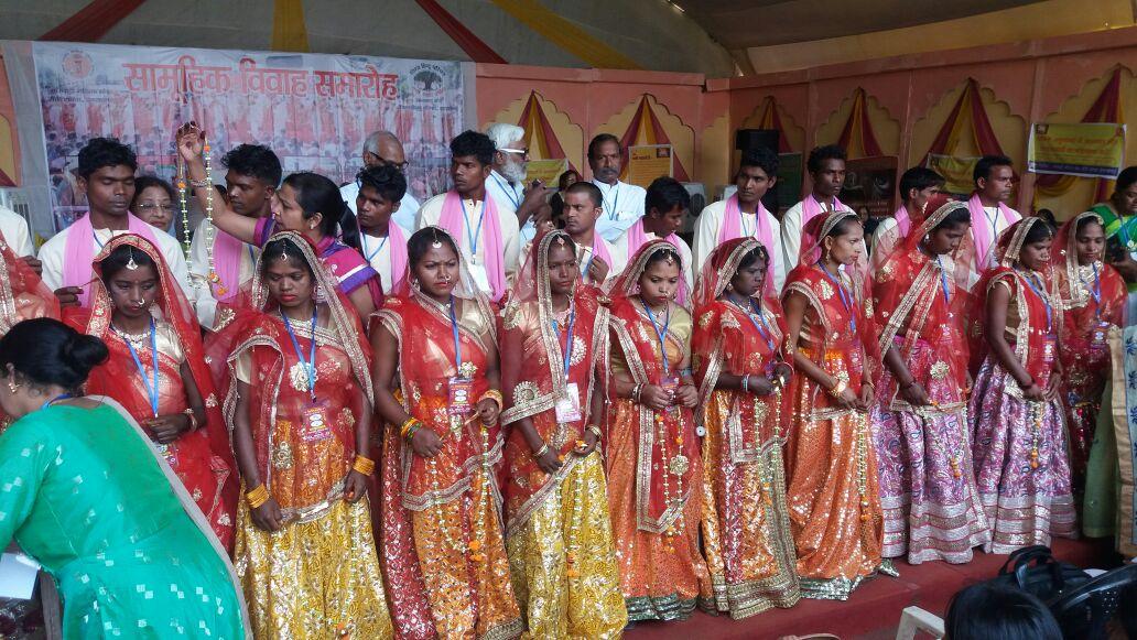 <p>आज11 दिव्यांग जोड़ों का सामूहिक विवाह हरमू रोड स्थित मारवाड़ी भवन में एक कार्यक्रम में कराया गया |</p>