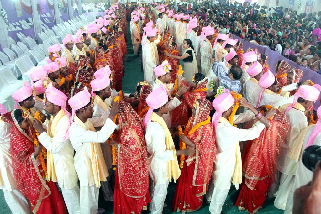<p>Tribal couples tie the knot during the mass marriage ceremony organised by Paranami Trust at Marwari Bhawan in Ranchi on Tuesday.</p>