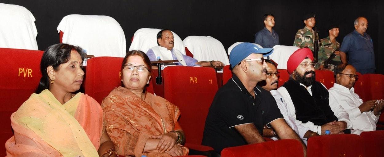 <p>माननीय प्रधानमंत्री नरेंद्र मोदी जी की जीवन पर बनी फिल्म &quot;चलो जीते हैं&quot; देखते मुख्यमंत्री रघुवर दास |</p>