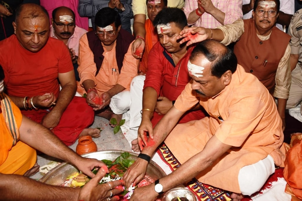 <p>Chief Minister Raghubar Das offers prayers on the first day of Shravan month at Baidyanath Dham temple in Deoghar on Saturday.&nbsp;</p>