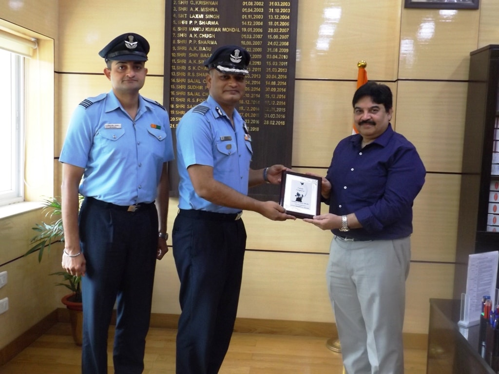 <p>Station Commander Group Capt Abhishek Jha and Chief Administrative Officer Squadron Leader RS Jaiswal met the Chief Secretary and talked about Singharasi Airforce Station.</p>