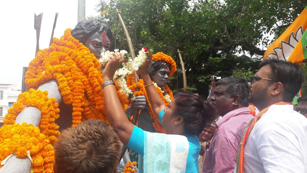 <p>Jharkhand Minister Louis Marandi offered floral tributes to Martyrs -Sidho -Kanu on the occasion of Hul Diwas in Dumka</p>