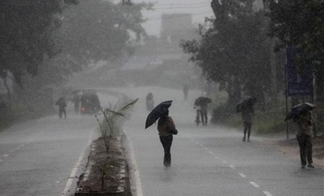 <p>Clouds, Lighting, Rains Bring Cheers Among Farmers,Kanwariyas</p> <p>Rains followed by lighting lashed Ranchi and adjoining areas of Jamshedpur, Hazaribagh and Lohardaga in Jharkhand…