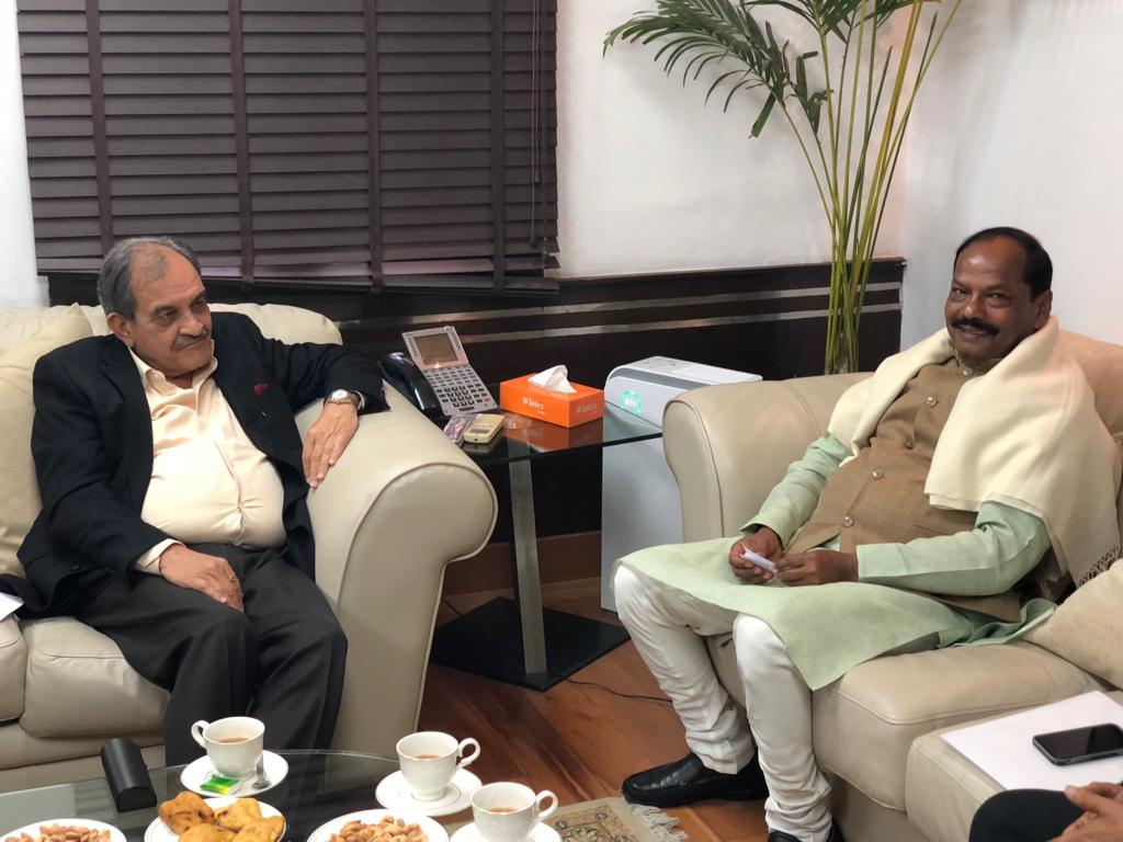 <p>Chief Minister Raghubar Das today on 11-01-2019 met the Union Steel Minister Virender Singh in New Delhi.</p>