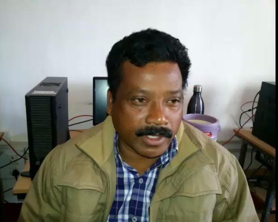 <p>सिमडेगा जिला एडिशनल सेसन जज श्री नीरज कुमार श्रीवास्तव ने एनोस एक्का को&nbsp;पारा टीचर की हत्या के मामले मे सजा का फैसला सुनाया। एनोस एक्का को मिली आजीवन कारावास की सजा |</p>