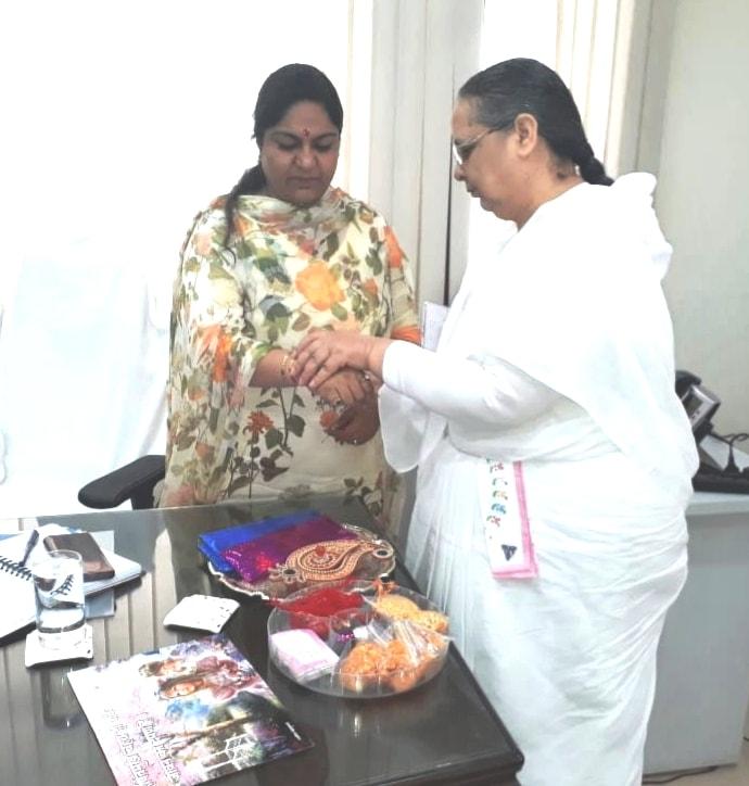 <p>ब्रहमा कुमारी संस्था के प्रतिनिधियों ने आज कृषि सचिव पूजा सिंघल से मुलाकात कर आर्गेनिक खेती के क्षेत्र में संस्था की ओर से जानकारी दी एवं राखी की शुभकामनायें दी।</p>