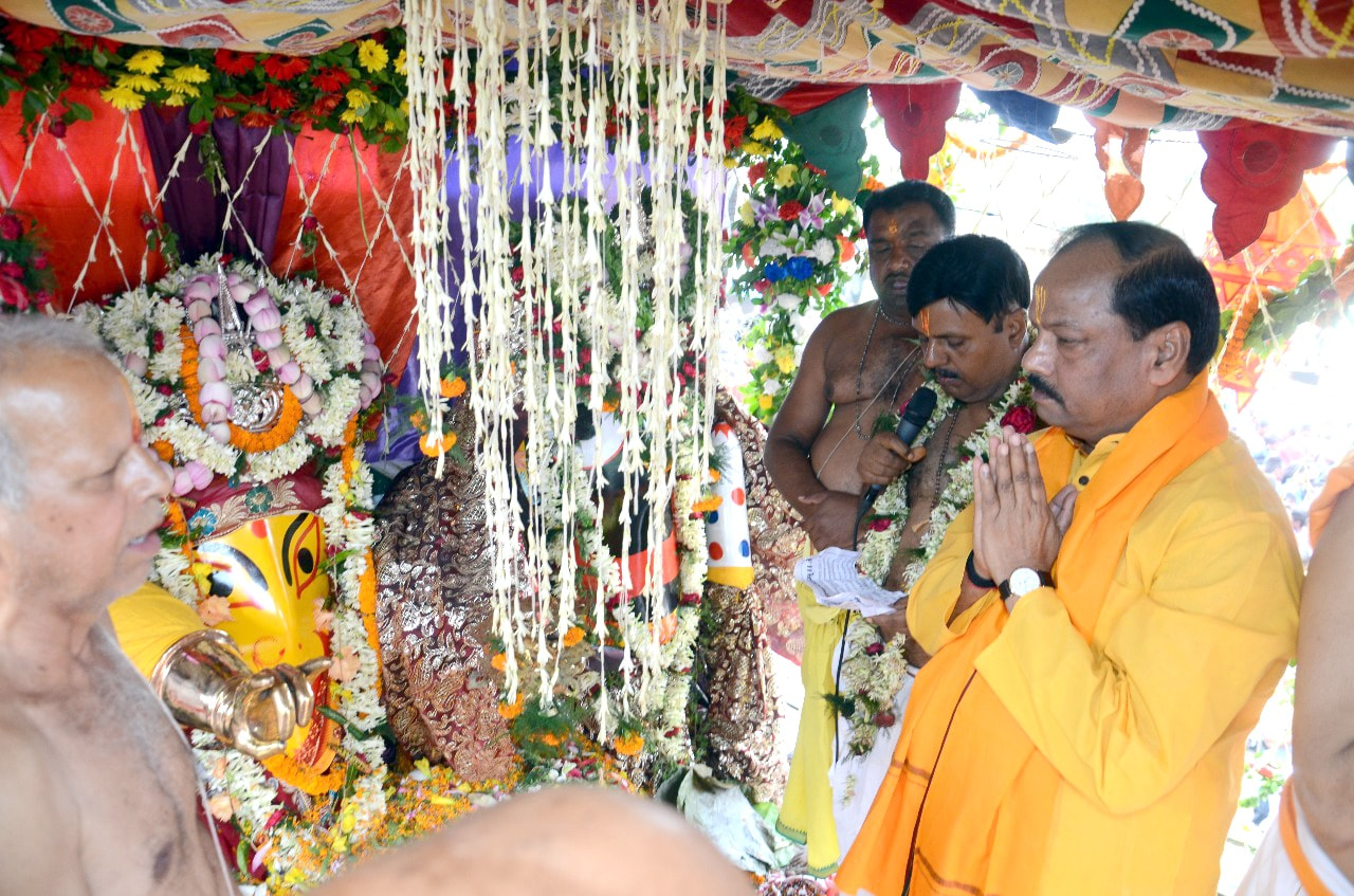 <p>Chief Minister Raghubar Das along with JMM working President Hemant Soren, former Union minister Subodh Kant Sahay offering prayers to Lord Jagannath, Lord Balabhadra and Goddess…