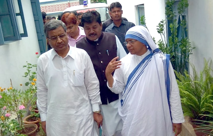 <p>Former Jharkhand Chief Minister and JVM Chief Babulal Marandi along with party leader Bandhu Tirkey talk to a nun during his visit to Mother Teresa&#39;s Missionaries of charity&#8230;