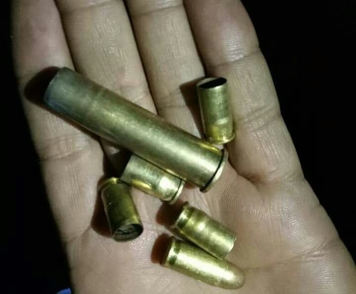 <p>चतरा : शहर के दीभा मोहल्ला मे अज्ञात अपराधियों ने फायरिंग कर फैलाया दहशत। मौके से गोली का खोखा व टाईगर ग्रुप नामक संगठन का हस्तलिखित पर्चा बरामद। टिबड़ेवाल सरस्वती विद्या मंदिर गली&#8230;