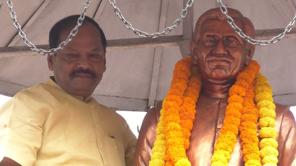 <p>On the occassion of death aniversary of Pandit Deendayal Ji, CM Raghubar Das paid homage to the staute of his on Sunday.</p>