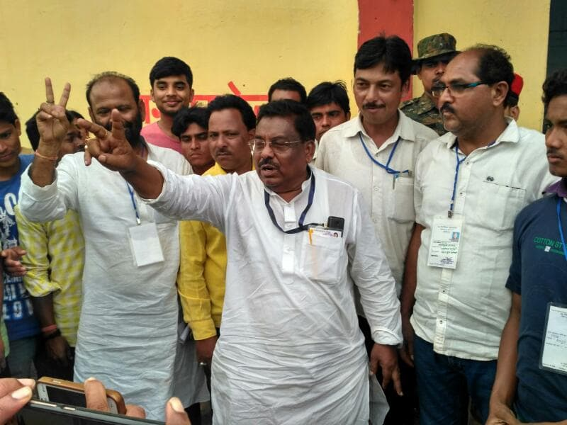 <p>Showing victory sign is JMM's Simon Marandi who defeated ruling BJP candidate Hemal Murmu who,incidentally lost election against JMM for the third consecutive time</p>