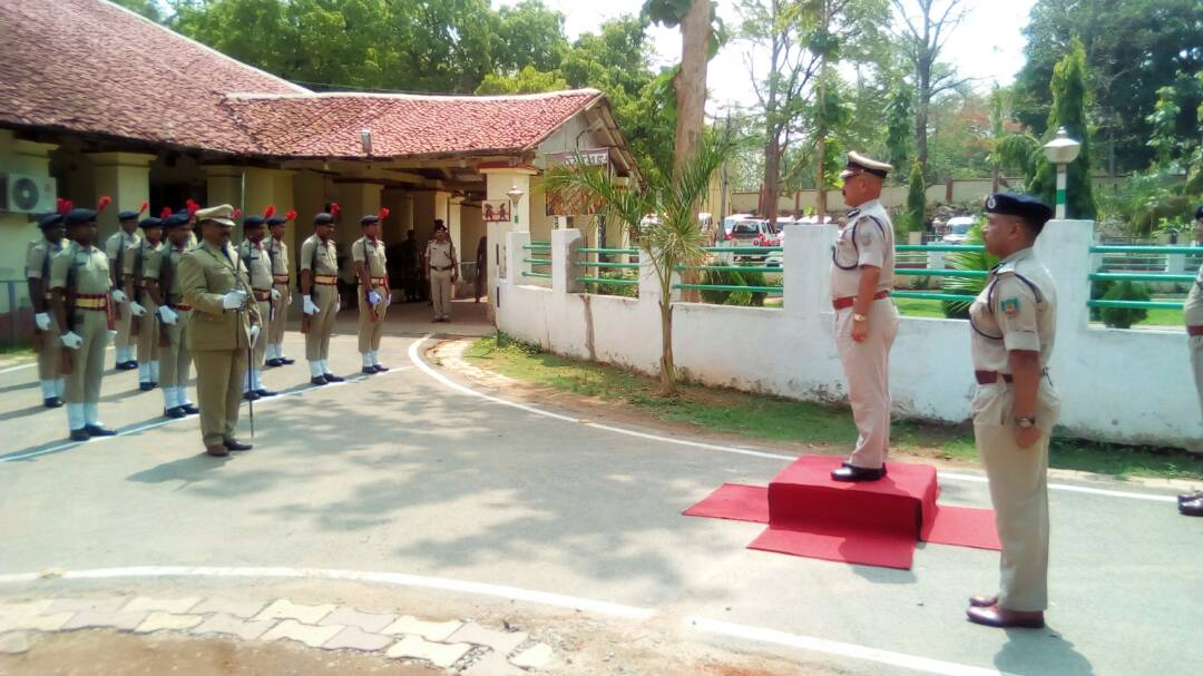 <p>Police men accorded a guard of honour to DGP DK Pandey in Chaibasa in West Singhbhum district&nbsp;where security forces were carrying anti Naxal operation.</p>
