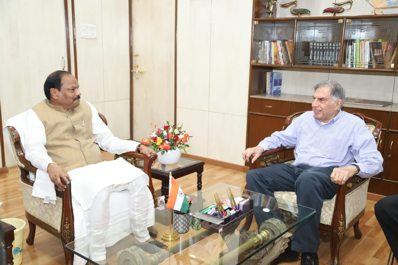 <p>Chairman of Tata Trust Mr. Ratan Tata, met Chief Minister Raghubar Das at the Chief Minister&#39;s residence in Ranchi on Saturday.</p>