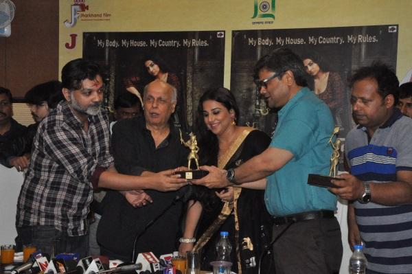 <p>Bollywood celebrities -Mahesh Bhatt and Vidya Balan were given momentos for their film Begam Jaan by Principal Secretary to Jharkhand CM,Sanjay Kumar in Ranchi on Saturday.</p>