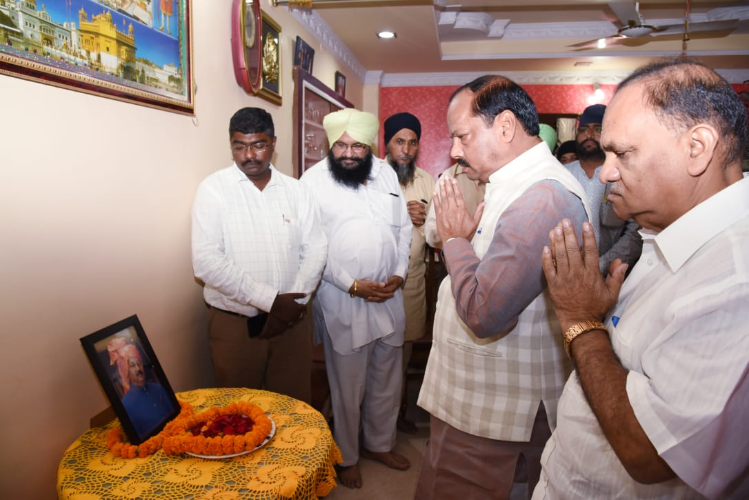 <p>The Chief Minister Raghubar Das today on 11-09-2018 paid homage to late senior leader&nbsp;Gama Singh and expressed his condolences with his family members.</p>