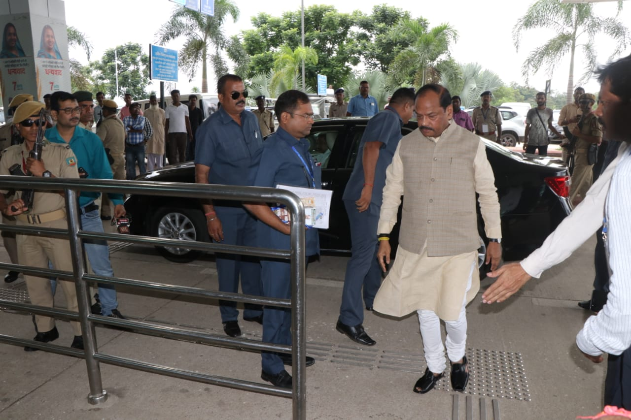 <p>Jharkhand CM Raghubar Das arrives at Birsa Munda Airport, Ranchi to welcome PM Narendra Modi on Thursday at 11.20 A.M</p>