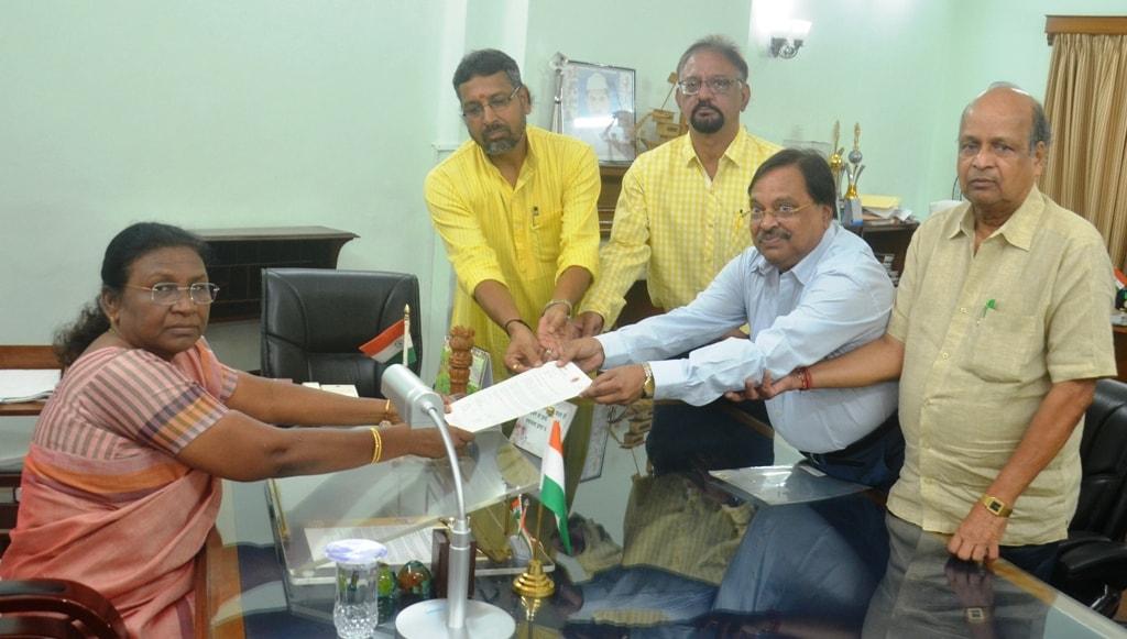 <p>माननीया राज्यपाल द्रौपदी मुर्मू से&nbsp;आज दिनांक &nbsp;19/07/2018 को मारवाड़ी समाज के एक प्रतिनिधिमंडल ने विनय कुमार सरावगी के नेतृत्व में मुलाकात की |</p>