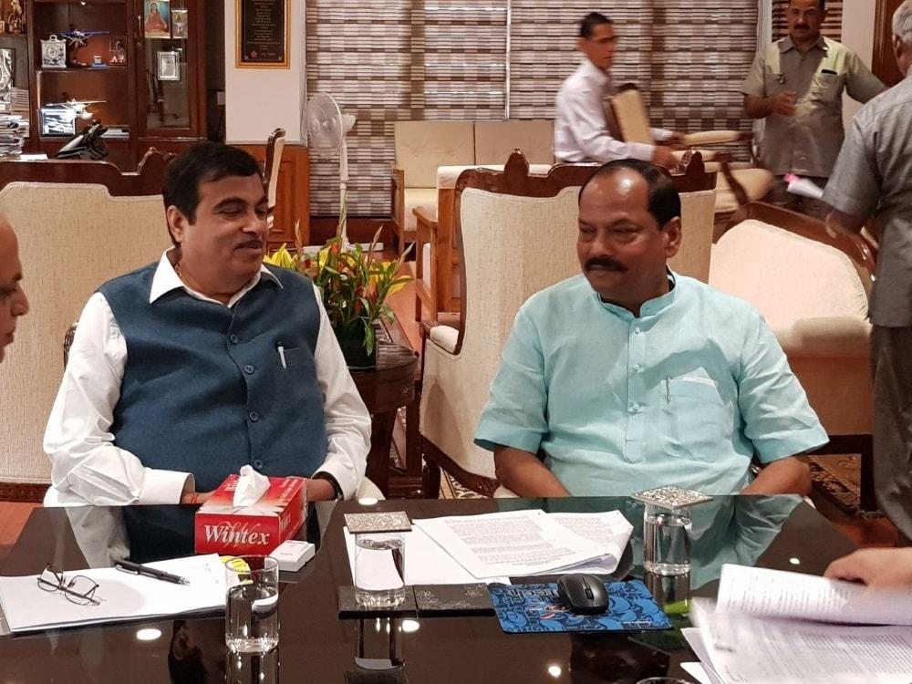 <p>झारखंड के रोड प्रोजेक्ट को लेकर बैठक करते श्री नितिन गडकरी और सीएम श्री रघुवर दास।</p>