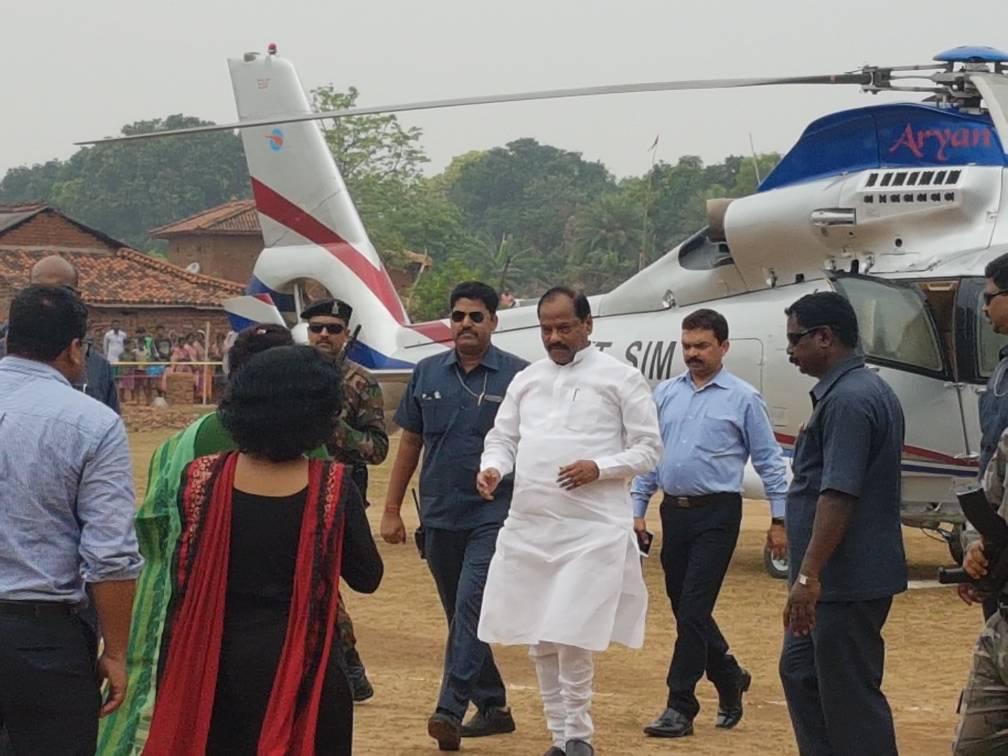 <p>Jharkhand Chief Minister Raghubar Das landed at Kushira in Dumka.</p>