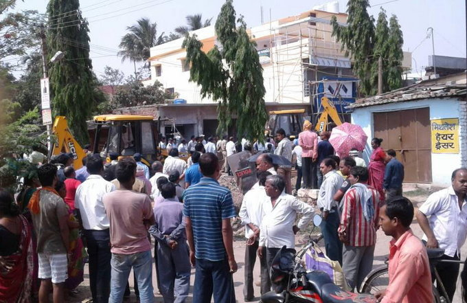 <p>Anti Encroachment drive at Sector 2 of the HEC in Ranchi began on Tuesday with an aim to remove illegal shops,market places and houses on the PSU&#39;s land.</p>