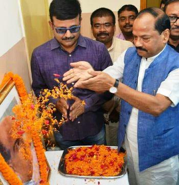 <p>भारतीय जनसंघ के संस्थापक डॉक्टर श्यामा प्रसाद मुखर्जी की जयंती पर प्रदेश कार्यालय में श्रद्धा सुमन अर्पित करते हुए मुख्यमंत्री रघुवर दास |</p>