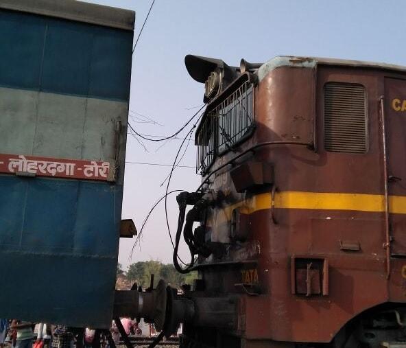 <p>रांची से लोहरदगा जाने वाली ट्रेन में लग गई आग सभी यात्री सुरक्षित। नरकोपि से आगे नगजुआ स्टेशन की घटना। आज पहले दिन इलेक्ट्रिक इंजन लगाया गया था। उसी इंजन में आग लगी थी। फायर की…