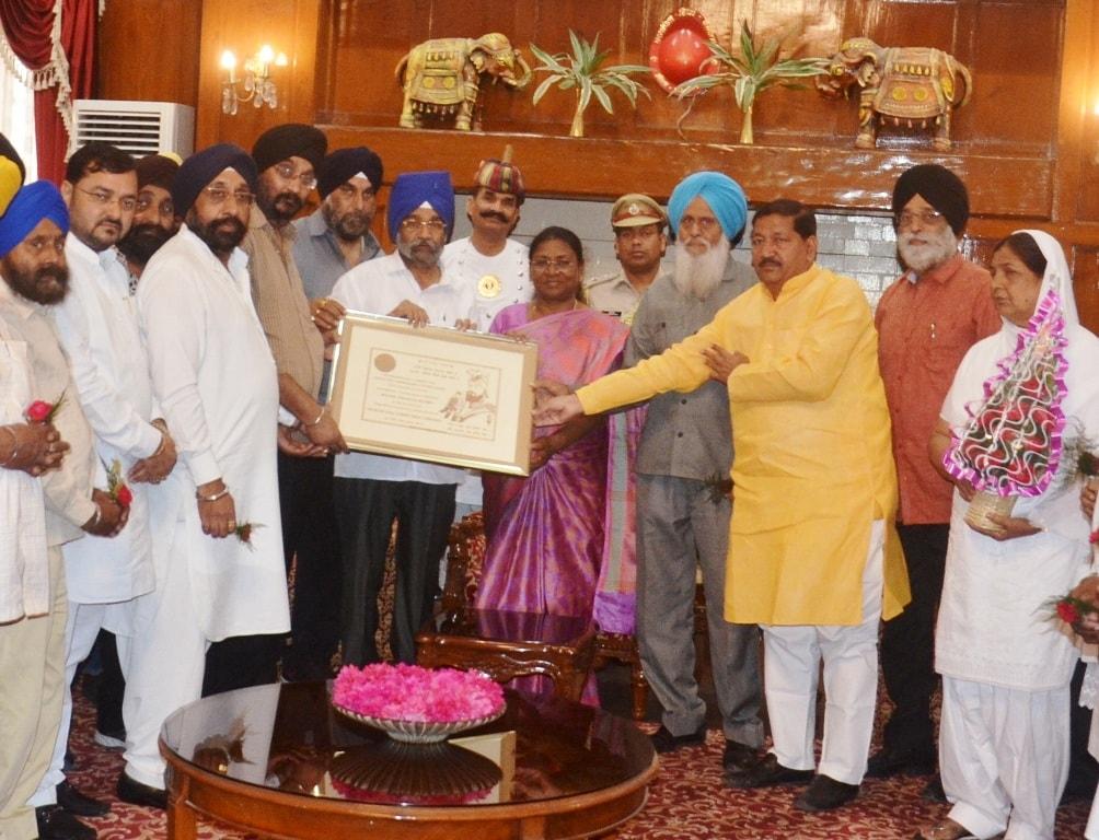 <p>माननीया राज्यपाल श्रीमती द्रौपदी मुर्मू से तख्त श्री हरमंदिर जी पटना साहिब के अध्यक्ष सरदार शैलेंद्र सिंह के नेतृत्व में एक प्रतिनिधिमंडल ने मुलाकात की।</p>
