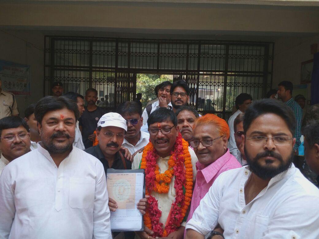<p>राँची नगर निकाय चुनाव - कांग्रेस प्रत्याशी डिप्टी मेयर पद के लिए नामांकन करने पहुंचे राजेश गुप्ता |</p>