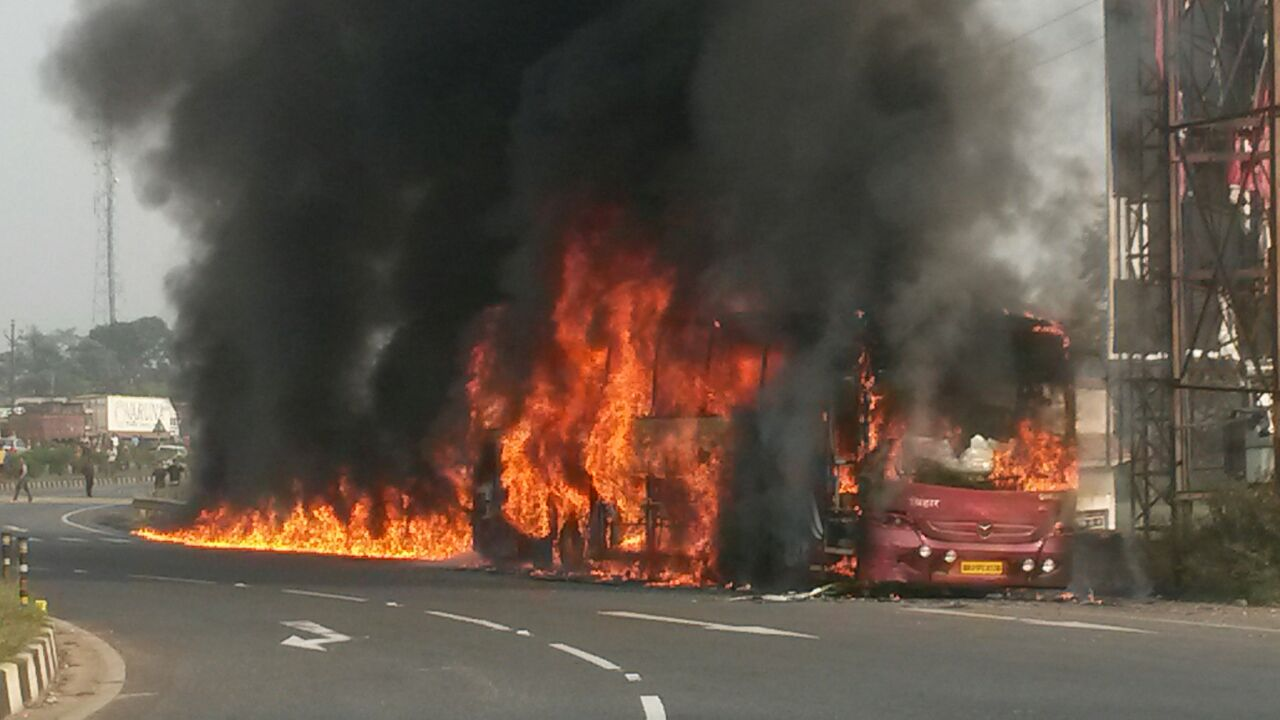 <p>On Sunday morning at around 7:15 am, a Ranchi bound luxury AC bus coming from Patna caught fire in Chutupalu ghati on NH-33 in Ramgarh district.Around 40 passengers had a miraculous…