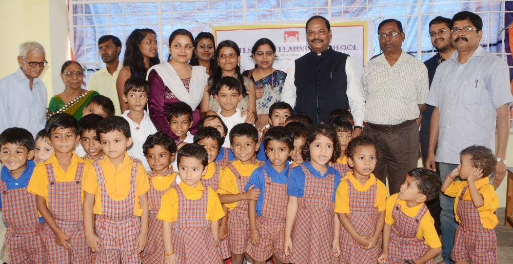 <p>Chief Minister Raghubar Das paid a visit to Montessori Learning School located at Mohrabadi in Ranchi today..He was accompanied by some&nbsp;top functionaries of the state.</p>