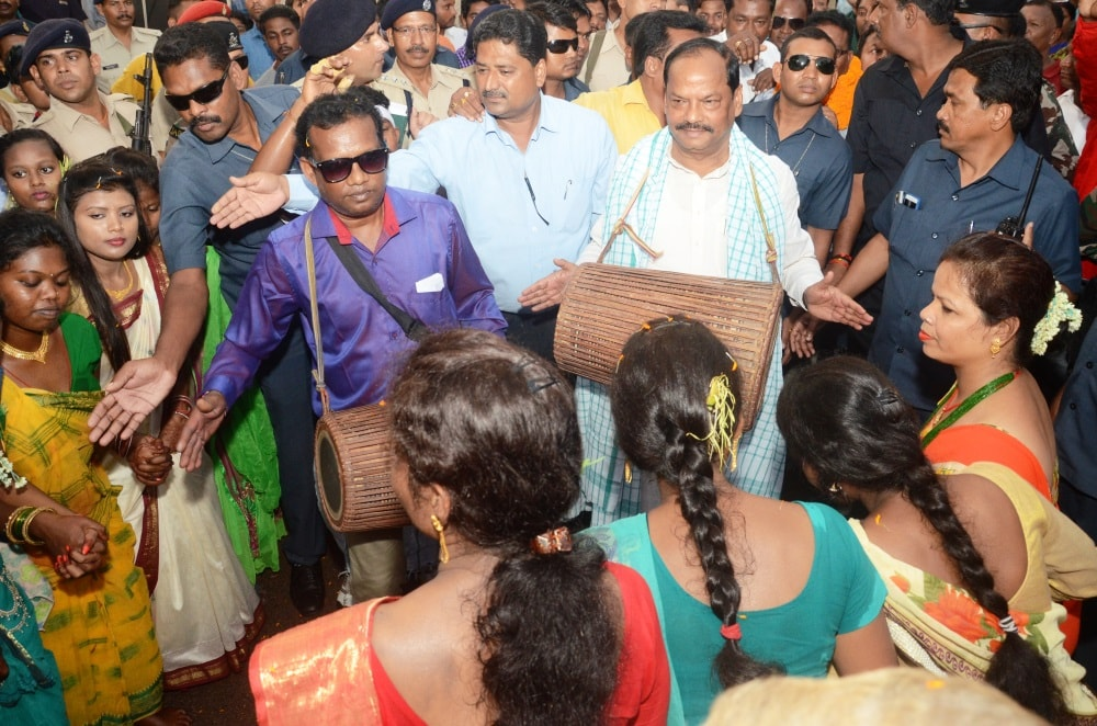 <p>CM Raghubar Das participated in Karama Puja procession at Bhalubasa in Jamshedpur on Saturday.</p>