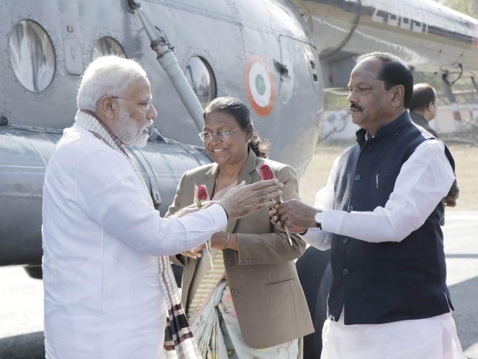 <p>प्रधानमंत्री नरेंद्र मोदी का आज दिनांक 17/02/2019 को हजारीबाग के हेलीपैड पर माननीय राज्यपाल द्रौपदी मुर्मू एवं मुख्यमंत्री रघुवर दास ने स्वागत किया। &nbsp;</p>