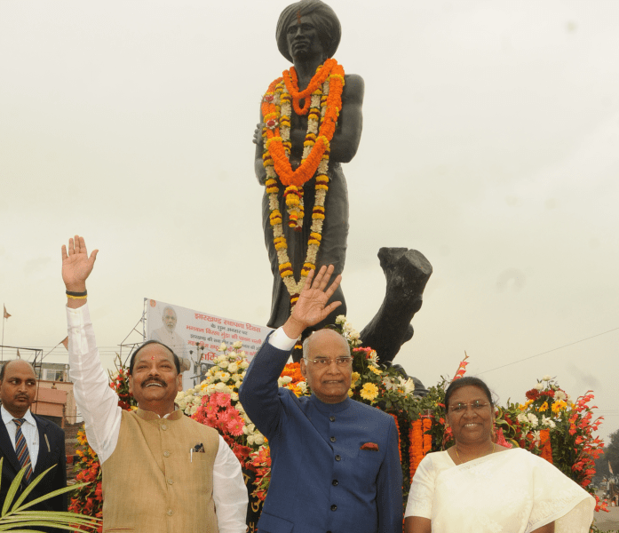 <p>President of India Ramnath Kovind, Governor Draupadi Murmu and CM Raghubar Das waving to crowd after offering floral tribute to a statue of freedom fighter Birsa Munda in Ranchi&#8230;