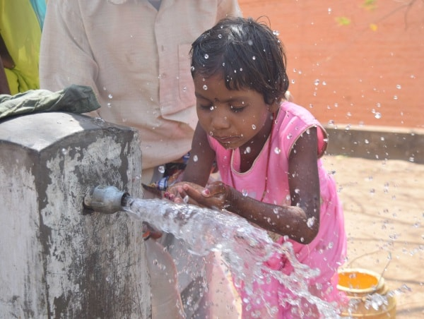 <p>A girl cools her face with water to gate respite from heat during a hot day in Ranchi.</p>