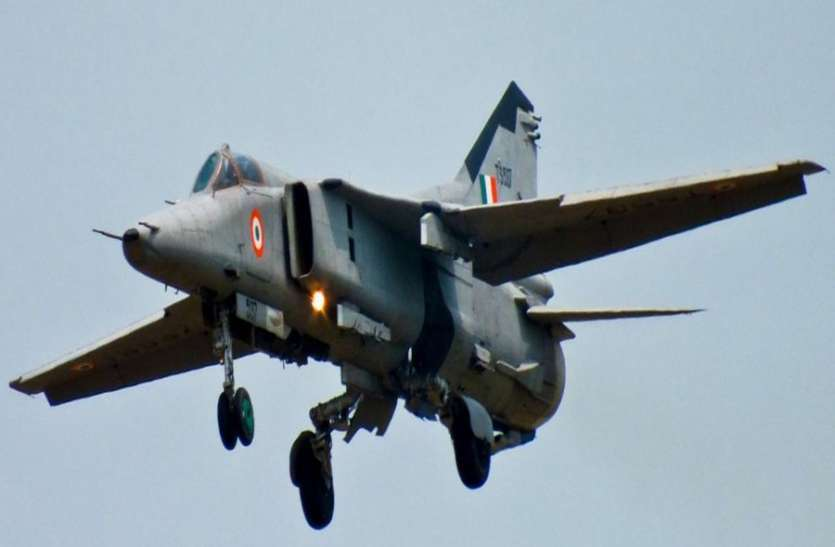 <p>A MiG-27 fighter jet of the Indian Air Force (IAF) crashed near Sirohi village in Rajasthan. According to the the IAF, the plane was on a routine mission from Jodhpur, Further details…