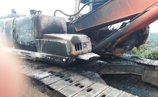 <p>Maoists belonging to PLFI burnt two heavy vehicles(pok-lane) of Ramdhan Bedia,mine owner,beat up his staff and snatched their mobile phones near Ormanjhi late last night.</p>