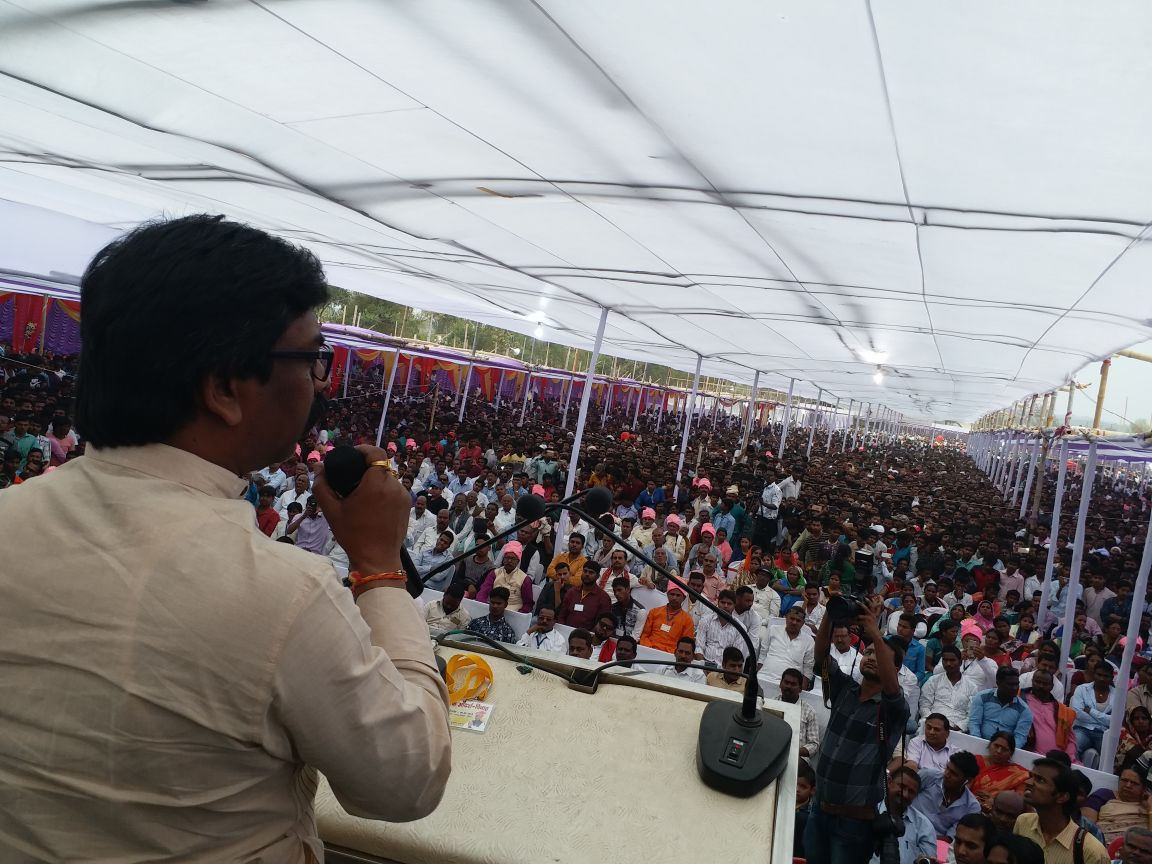 <p>JMM and Leader of Opposition Hemant Soren addressed a public meeting at Panki in Palamau on Thursday.</p>