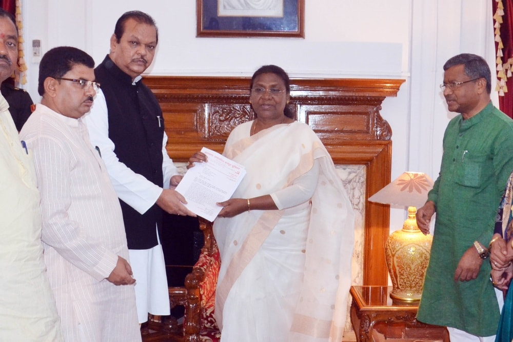 <p>Former Union Minister Subodh Kant Sahay handing over a memorandum to Jharkhand Governor Droupadi Murmu alongwith former Chief Minister and Jharkhand Vikash Morcha Chief  Babulal…