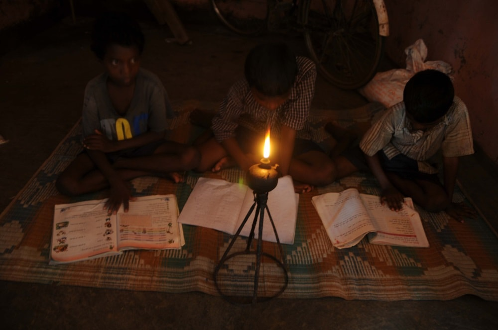 <p>Power cut makes students study under &#39;Diya&#39; light inside a hostel in Ranchi,a feature common to lakhs of students in Jhakhand where BJP Govt led by Chief Minister Raghubar&#8230;